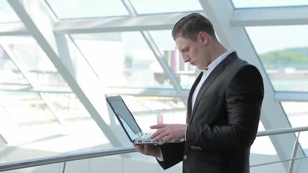 Hombre que trabajaba en un ordenador portátil — Vídeo de stock