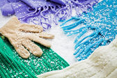 Gloves and scarves of wool over the snow — Stockfoto