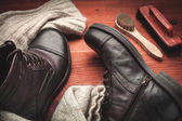 Cleaning of men's boots — 图库照片