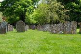 Kerkhof bij de kerk van sint james, avebury, engeland — Stockfoto