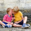 Two boys sharing an ice lolly — Stock Photo