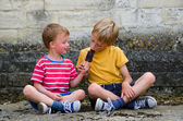 Dva chlapci sdílení nanuk — Stock fotografie