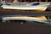 Old boat in beach — Stock Photo