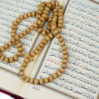 Quran and rosary — Stock Photo