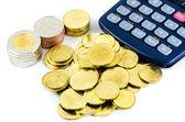 Pilha de moedas e calculadora — Fotografia Stock