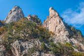 Rock mountain with changing leaves at Seoraksan National Park — Stock Photo