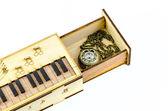 Klok medaillon halsketting in houten doos geïsoleerd op witte achtergrond — Stockfoto