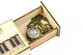 Klockan medaljong halsband i trälåda isolerade över vit bakgrund — Stockfoto
