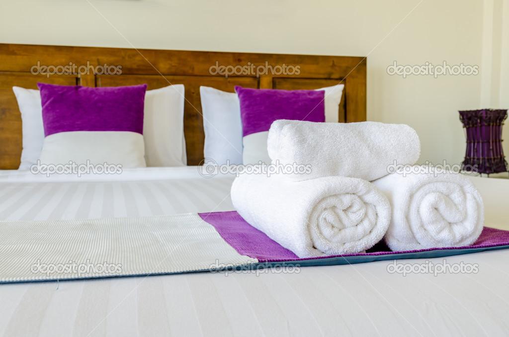 bett dekoration mit rosa kissen und schwan handtuch stockfoto finallast 47384933. Black Bedroom Furniture Sets. Home Design Ideas