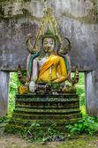 Stary statua Buddy w świątyni somdej, Prowincja kanchanaburi, sangkhla buri Tajlandia — Zdjęcie stockowe