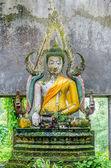 Stará socha buddhy v chrámu somdej, kanchanaburi provincie, sangkhla buri, thajsko — Stock fotografie