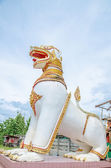 White lion statue in front of the temple — Stock Photo
