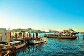 Scène d'été méditerranéen avec des bateaux dans le port — Photo