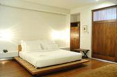 Łóżko w pokoju hotelowym — Zdjęcie stockowe