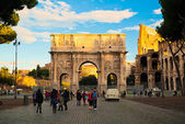 Tourists walking near Constantine's arc in Rome — Stock Photo