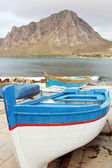 Boat type vessel and Mount Cofano Trapani — Foto Stock