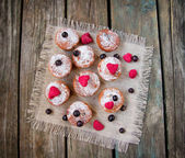 Mini cupcakes with dried berries — 图库照片