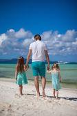 父と海沿いを歩く彼の 2 人の子供 — ストック写真