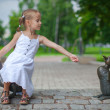 Little girl feeding the ducks figure in the park — Stock Photo