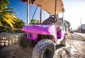 Voiture de golf rose drôle dans la rue sur une île tropicale — Photo