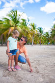 Young father and his little daughter have fun on exotic white sand beach — Stock Photo