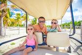 Arkadan görünüm, babası ve onun küçük kızları golf arabası, tropik ülke içinde — Stok fotoğraf