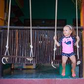 エキゾチックな国でストリートでスイングの少女 — ストック写真