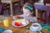 Rozkošná holčička s snídaně v restauraci resort — Stock fotografie