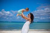 Genç güzel anne ve sevimli küçük kızını tropikal plaj eğlenin — Stok fotoğraf