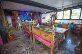 Helder gekleurde bar-restaurant op het witte zandstrand in tulum — Stockfoto