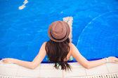 Pohled shora mladé ženy nosí klobouk v bazénu — Stock fotografie