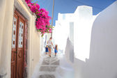 Beautiful cobbled streets with walking family on the old traditional White House in Emporio Santorini, Greece — Stock Photo