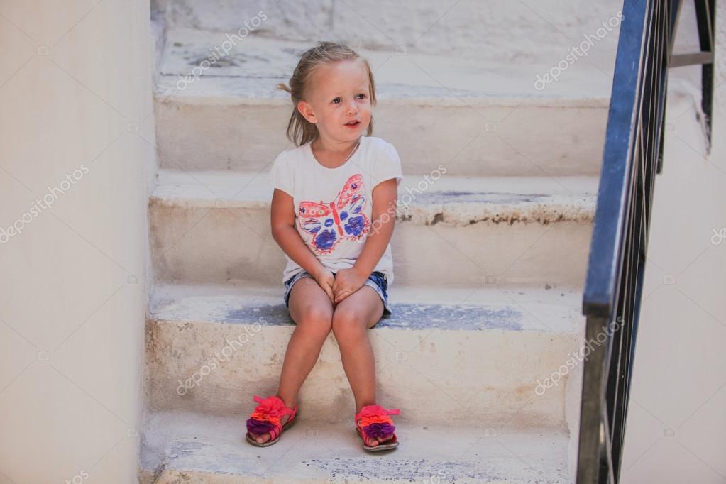 Ragazza carina seduta sui gradini della vecchia casa nel for Piani casa carina