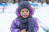 Karda güneşli kış gününde eğleniyor, küçük, şirin mutlu kız portresi — Stok fotoğraf