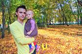 молодой отец, ходить с ней мало милые дочь ходить в осенний парк на открытом воздухе — Стоковое фото