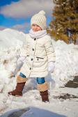 Küçük şirin mutlu kız eğleniyor karda güneşli kış gününde — Stok fotoğraf