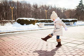 Petite fille mignonne se promène en hiver sur un extérieur jour ensoleillé — Photo