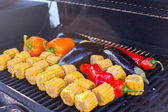 Vegetarian barbecue and cobs of corn on the grill outdoors — Stock Photo