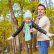 Cute little girl with happy dad enjoy their autumn vacation on sunny day — Stock fotografie #34006933