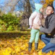 Foto Stock: Little girl kissing her father in autumn park