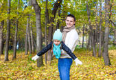 Happy dad and little daughter having fun in the park on sunny autumn day — Stock Photo