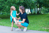 Beautiful girl hurt her leg, upset father regret — Stock Photo