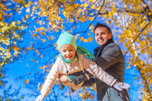 Cute little girl with happy daddy enjoy their autumn vacation on a sunny day — Stock Photo
