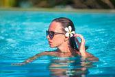 Portrait of Young beautiful woman enjoying the luxury quiet swimmingpool — Stock Photo