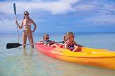 Jovem mãe e duas filhas dela caiaque no mar quente tropical — Fotografia Stock