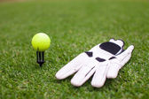 Golf equipment: ball and glove on green grass — 图库照片
