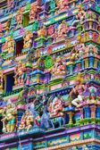 Barevné stěny a postavy na fasádě hinduistického chrámu v victoria na seychely — Stock fotografie