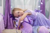 очаровательны маленькая девочка с игрушка лошадь дома — Стоковое фото