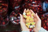 Colorful gingerbread man in female hands — Stock fotografie