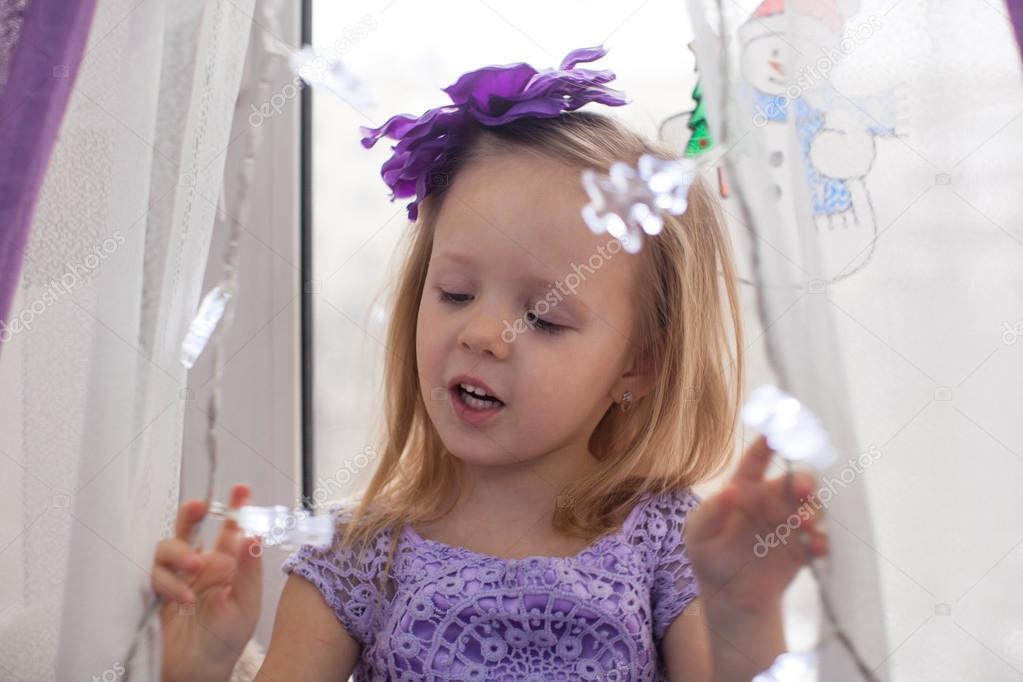 花环在家中的小可爱女孩
